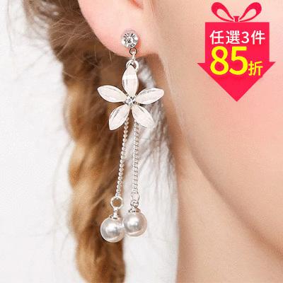 【專區3件★85折】優雅氣質花瓣珍珠流蘇 耳針/黏式耳環
